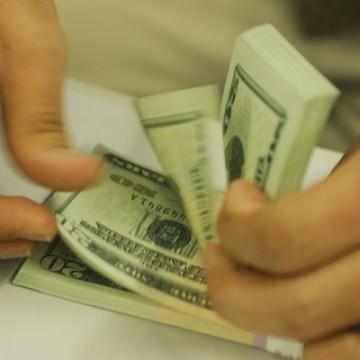 Dólar aproxima-se de R$ 4,48, e bolsa cai 2,56% com coronavírus