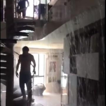 Piscina vaza e inunda apartamento no Recife