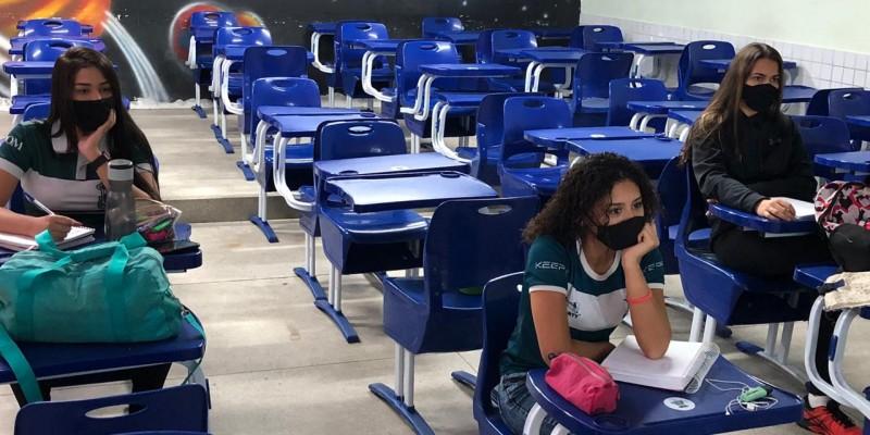 Na manhã desta sexta-feira (9) estudantes frequentam aulas nas dependências de alguns colégios no Grande Recife
