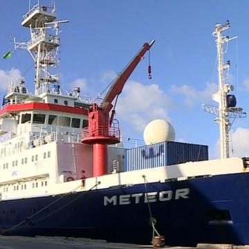 Navio alemão Meteor atraca no Recife