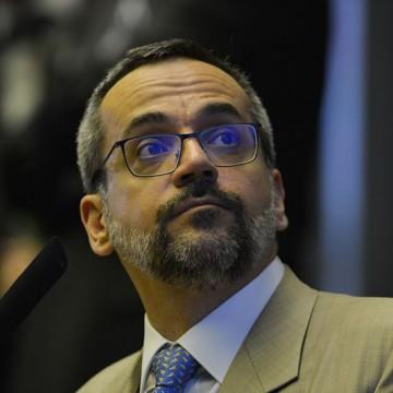 """Ministro da educação escreve suspensão com """"c"""" e paralisação com """"z"""""""