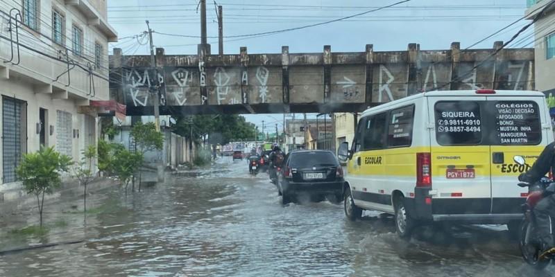 A autarquia de trânsito do Recife registrou pontos de alagamento em várias vias da Capital.