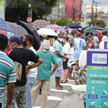 Avenida no Cabo é sinalizada para disciplinar fila em frente à agência da Caixa Econômica