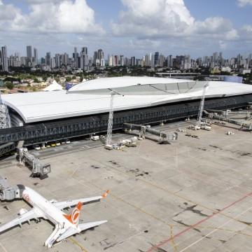 Passageiros de avião com suspeita de coronavírus são levados para exames em hospital