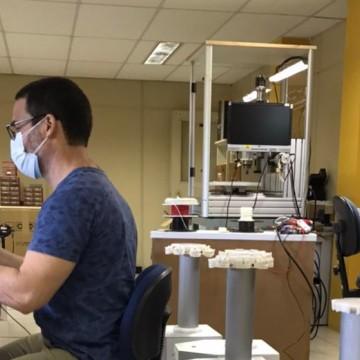 Pesquisadores pernambucanos observam rotina do robô que elimina micro-organismos a exemplo do coronavírus