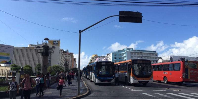 Os coletivos ficaram estacionados no centro do Recife na ponte Duarte Coelho no sentido Subúrbio e outra parte na Conde da Boa Vista no sentido centro