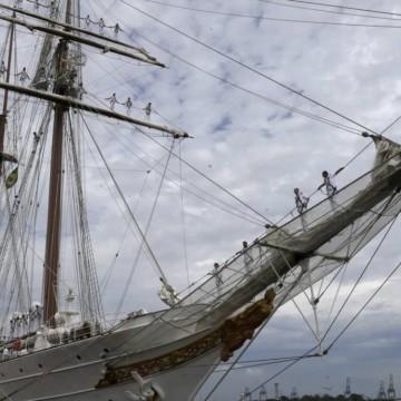 Navio espanhol abre visitação no Porto do Recife