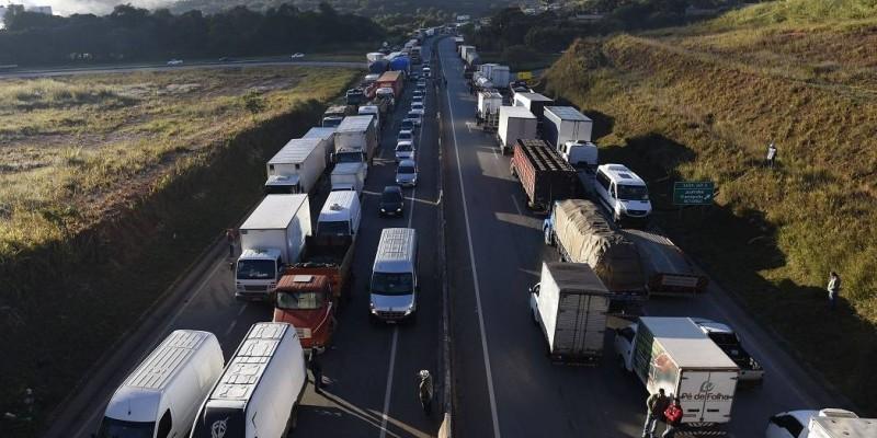 Segundo a Polícia Rodoviária Federal, o bloqueio parcial começou na noite de ontem, pouco antes da meia noite.