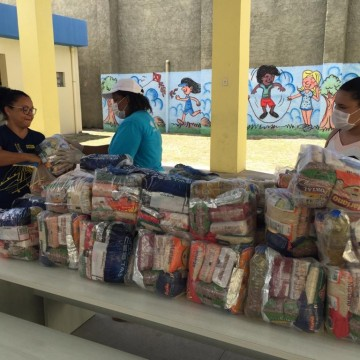 Estudantes da rede municipal de ensino recebem kits alimentação, pedagógico e de limpeza
