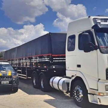 Carreta com 57 toneladas de milho é apreendida no Sertão