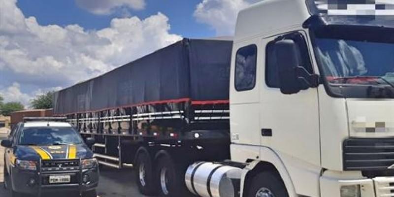 O veículo apresentou 22 toneladas de excesso de peso e sinais de adulteração