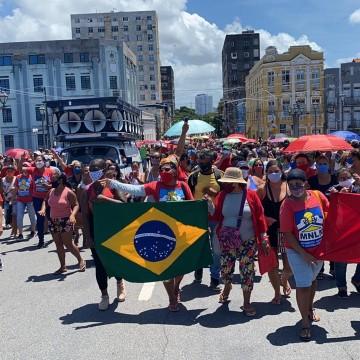Populares cobram moradias em caminhada no Recife