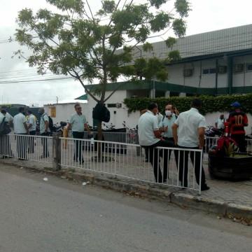 Motoristas e cobradores da Caxangá realizam paralisação e deixam passageiros sem ônibus