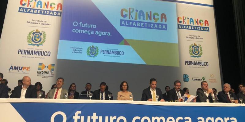 O encontro, que aconteceu no Centro de Convenções, em Olinda, reuniu secretários municipais de Educação, prefeitos das cidades pernambucanas e diretores de escolas