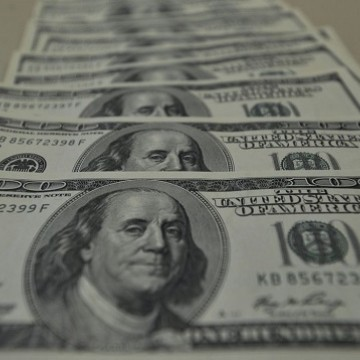 Dólar aproxima-se de R$ 4,45, e bolsa cai 7% com coronavírus