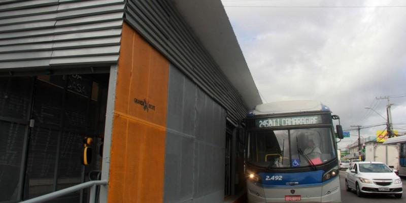 Três linhas de ônibus atendem os passageiros do local