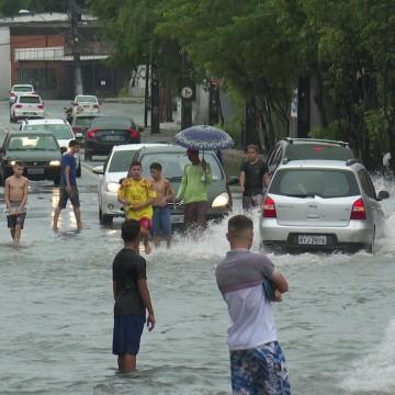 Chuvas atrapalham comércio no Recife