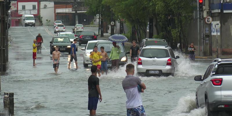 O esvaziamento de pessoas nas ruas por conta das fortes chuvas no Recife vem impactando o comércio local