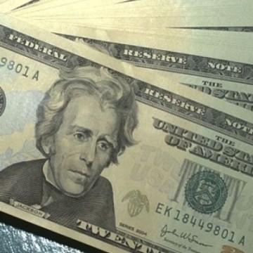 Dólar fecha em R$ 4,24 e bate novo recorde, mesmo com intervenções do BC