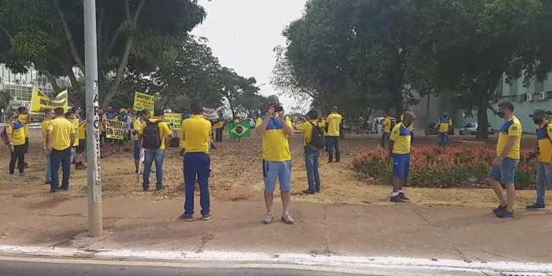 A greve dos servidores completa um mês e nesta segunda-feira (21) a categoria espera decidir os rumos do movimento