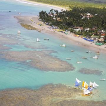 Turistas registram despejo de esgoto na Praia de Porto de Galinhas