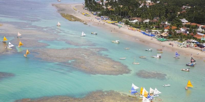A turista Vitória Barros que gravou vídeo e publicou nas redes sociais e relatou que não teve coragem de entrar no mar com a família após ver a quantidade de esgoto sendo derramada para o mar