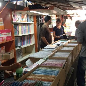 Consumidores buscam meios alternativos para economizar com material escolar