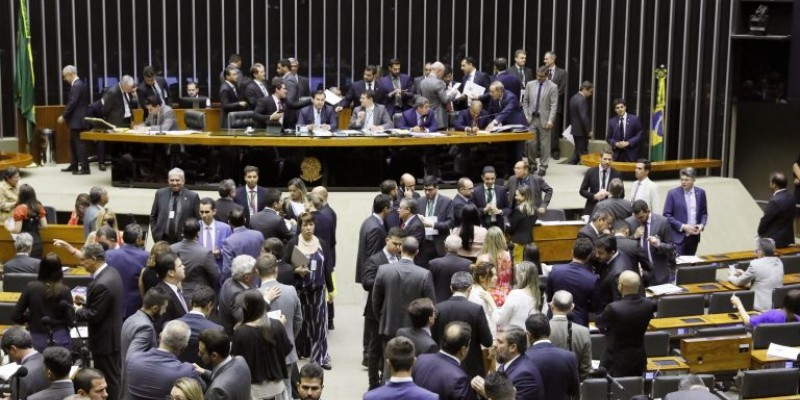 O advogado especialista em Direito Eleitoral, Emílio Duarte, comentou alguns pontos controversos que estão na proposta.