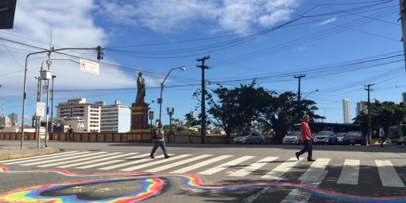 Quem circular pelo bairro do Recife Antigo vai notar uma ação inédita. Uma pintura de três faixas de retenção das faixas de pedestres