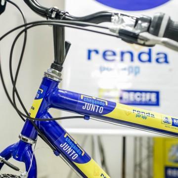 Programa da Prefeitura do Recife distribui 100 kits com bicicletas e celulares com pacote de internet