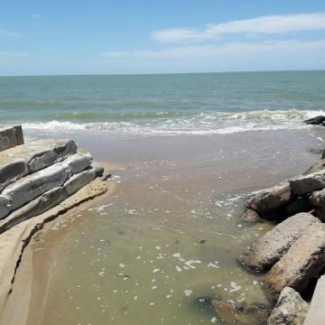 CPRH fiscaliza despejo de esgoto nas praias da Conceição e Maria Farinha, no município do Paulista