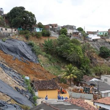 Investigações sobre o deslizamento de barreira em Dois Unidos tem início