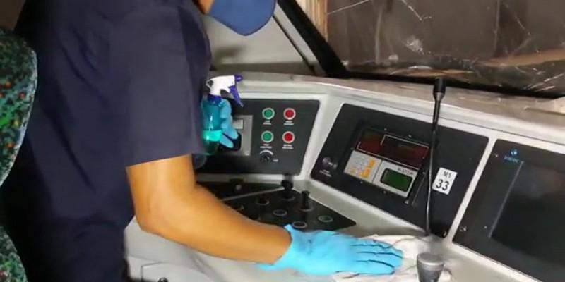 Corrimãos, assentos, cabines, entre outros elementos do veículo com contato direto pelos passageiros e condutores estão sendo limpos