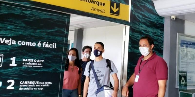 O processo tem início no aeroporto garantindo distanciamento social do passageiros