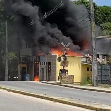 Incêndio atinge estabelecimentos e casas no Recife