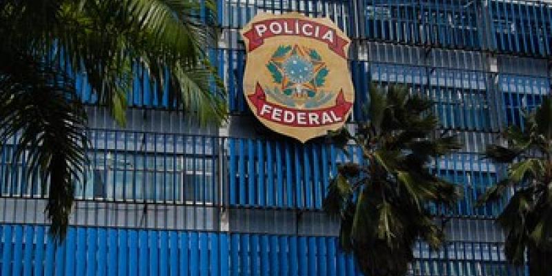 Desde o início da manhã policiais cumprem mandados judiciais nos endereços dos investigados.