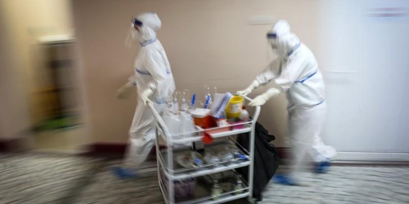 Profissionais da rede privada relatam atendimentos de pacientes com sintomas sugestivos do novo coronavírus nos hospitais e consultórios particulares. Governo destaca estabilidade na quantidade de casos