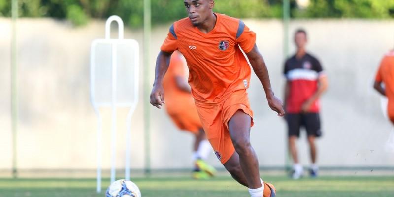 O volante Charles vai para Portugal, e o zagueiro João Victor e o atacante Elias estão indo para clubes da Série B