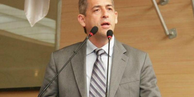 Contrariando especialistas, o vereador André Regis, do PSDB, defendeu a necessidade da prefeitura montar um plano para a saída gradual do confinamento