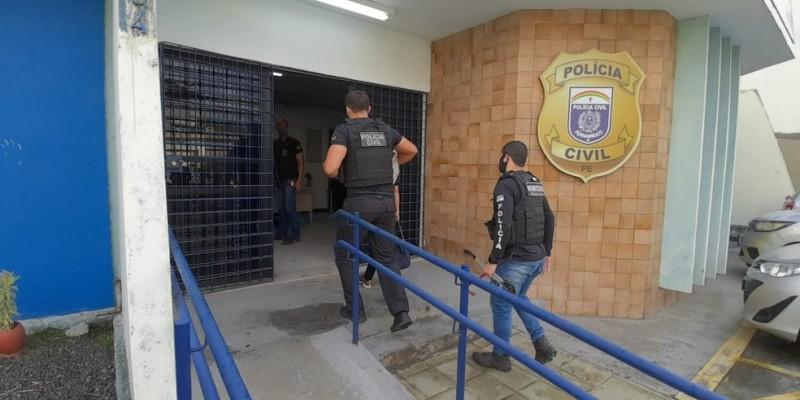 """Chamada """"Operação Arremate"""", as investigações tiveram início em maio deste ano. Segundo a PC, 14 mandados de busca e apreensão domiciliar foram emitidos para as cidades do Recife e Jaboatão dos Guararapes"""