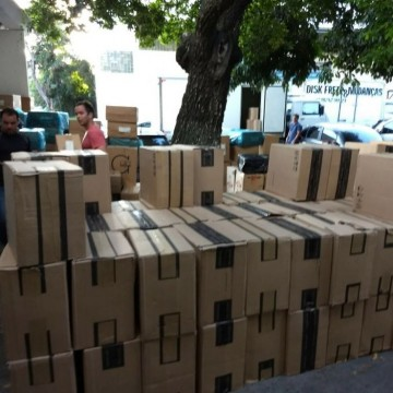 Dois policiais civis foram demitidos após serem flagrados retendo cargas para contrabando