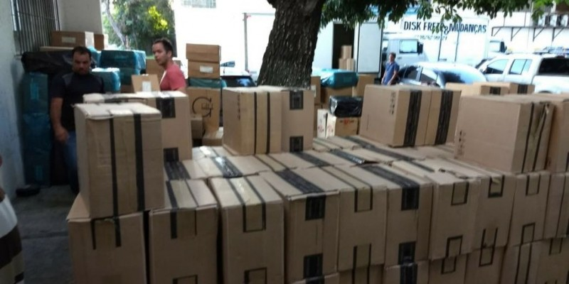 Os homens foram presos em flagrante quando apreenderam de forma ilegal a carga de 130 mil maços para posteriormente revender o material no mercado clandestino.