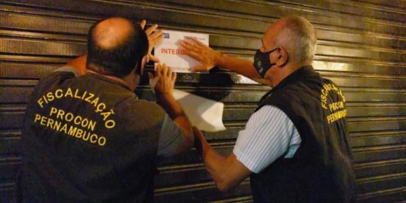 Três pessoas foram levadas para delegacia para explicar o descumprimento da ordem emitida