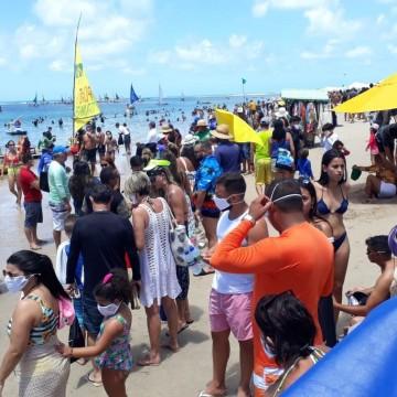 Banhistas lotam praia de Porto de Galinhas no feriadão
