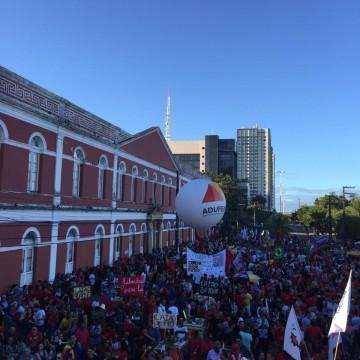 Estudantes e sindicatos protestam contra bloqueio de verbas na educação