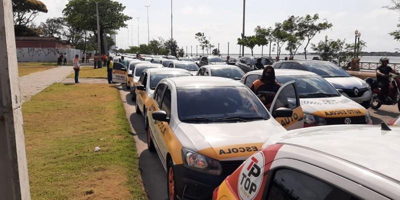 No Cais José Estelita, na área central do Recife, foi realizada uma marcha com cem carros indo até o Palácio do Governo.