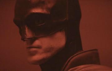 Robert Pattinson aparece pela primeira vez como Batman