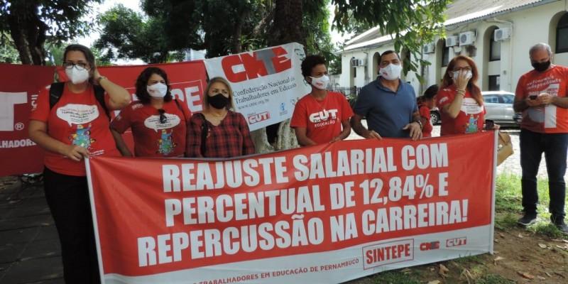 Além de professores, são servidores da educação em Pernambuco assistentes administrativos e analistas educacionais participam do protesto