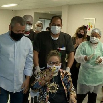 Médica de 82 anos deixa Hospital em Petrolina após passar 118 dias lutando contra a covid-19