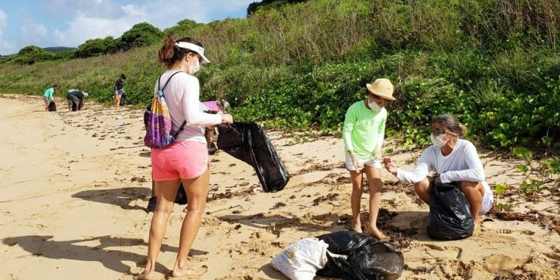 Cerca de 50 pessoas, entre servidores federais e estaduais e voluntários, participaram de um mutirão de limpeza na ilha